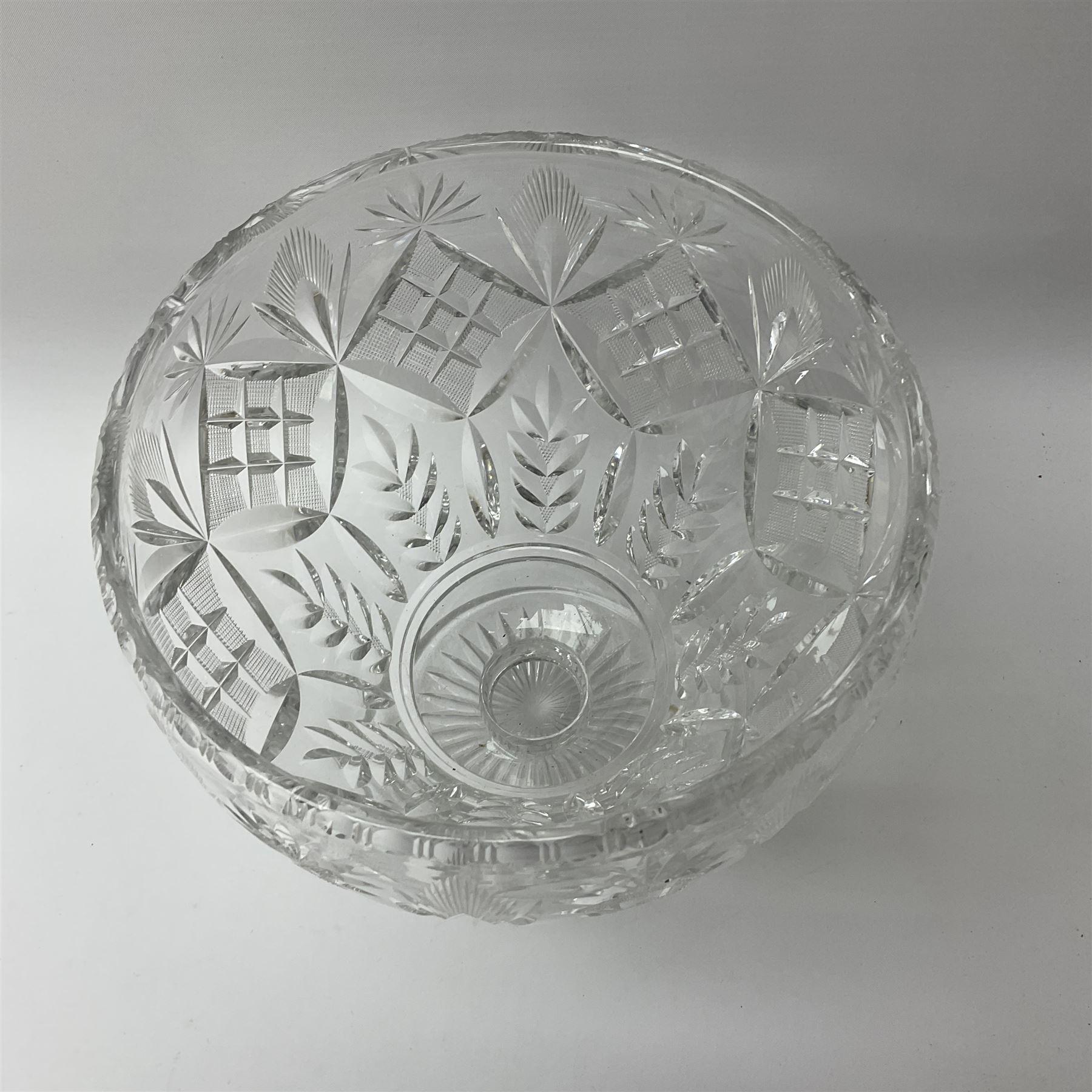 A cut glass centre piece bowl - Image 2 of 3