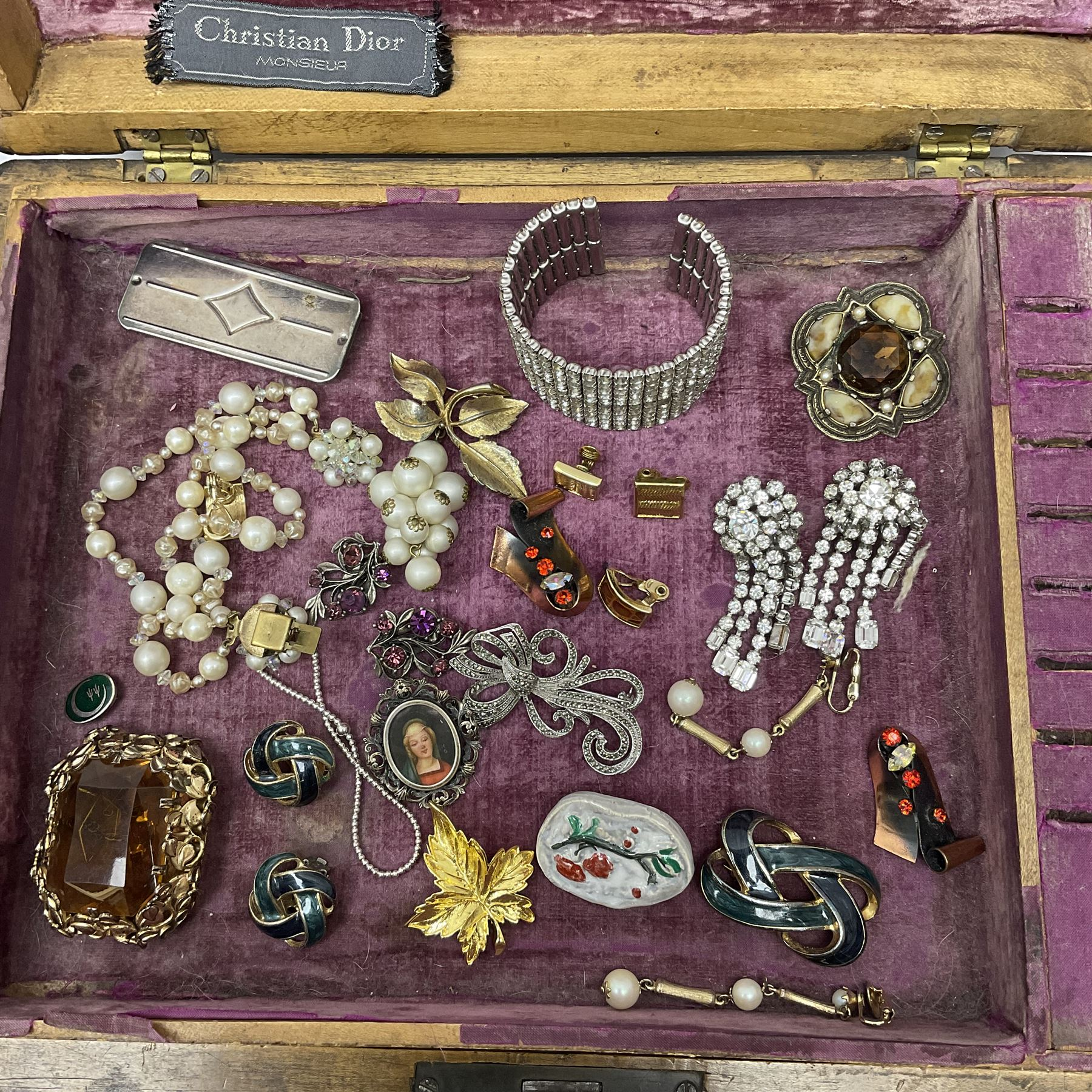 A selection of Vintage and later costume jewellery - Image 2 of 6