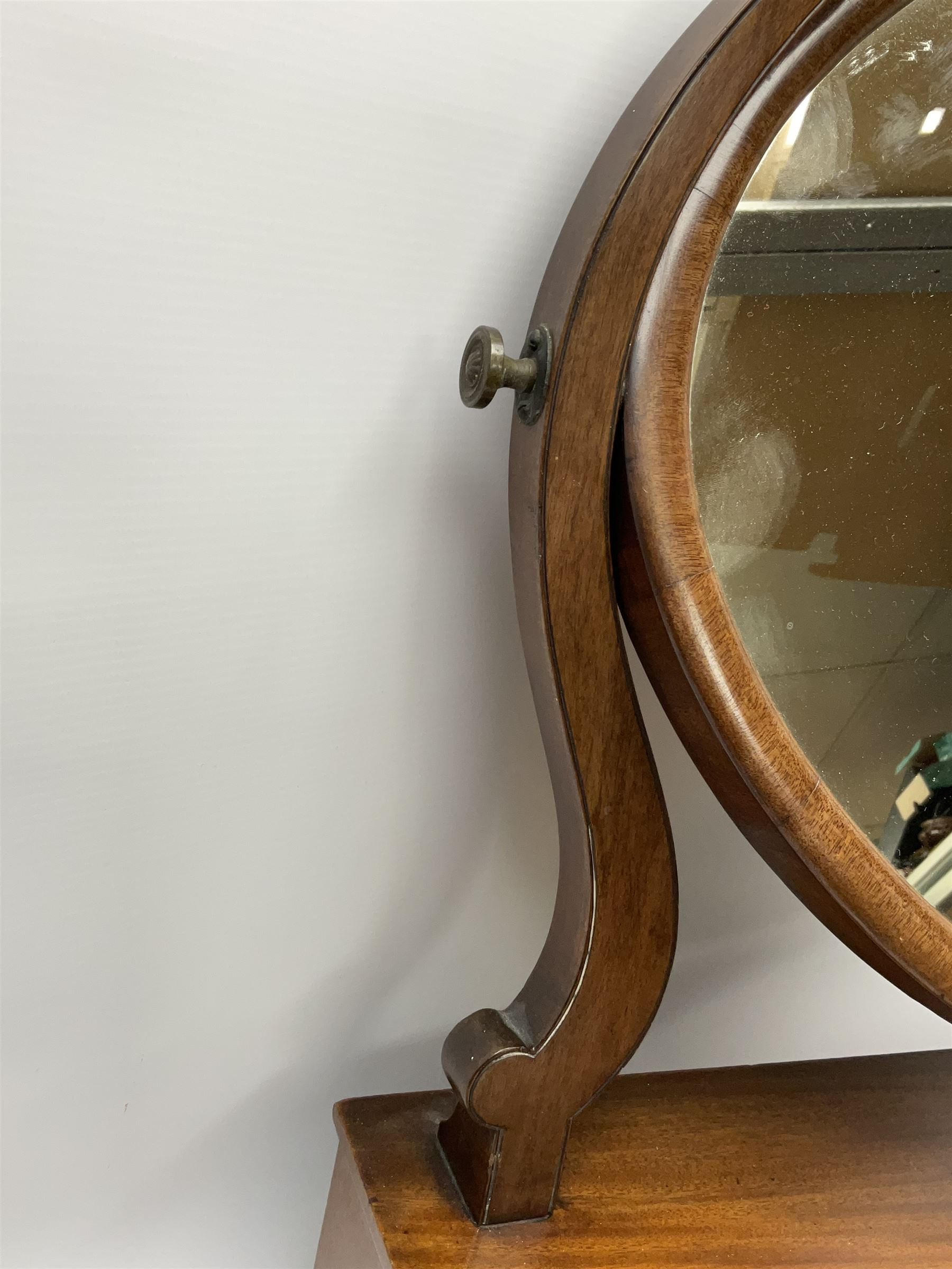 An early 20th century figured mahogany toilet mirror - Image 4 of 9
