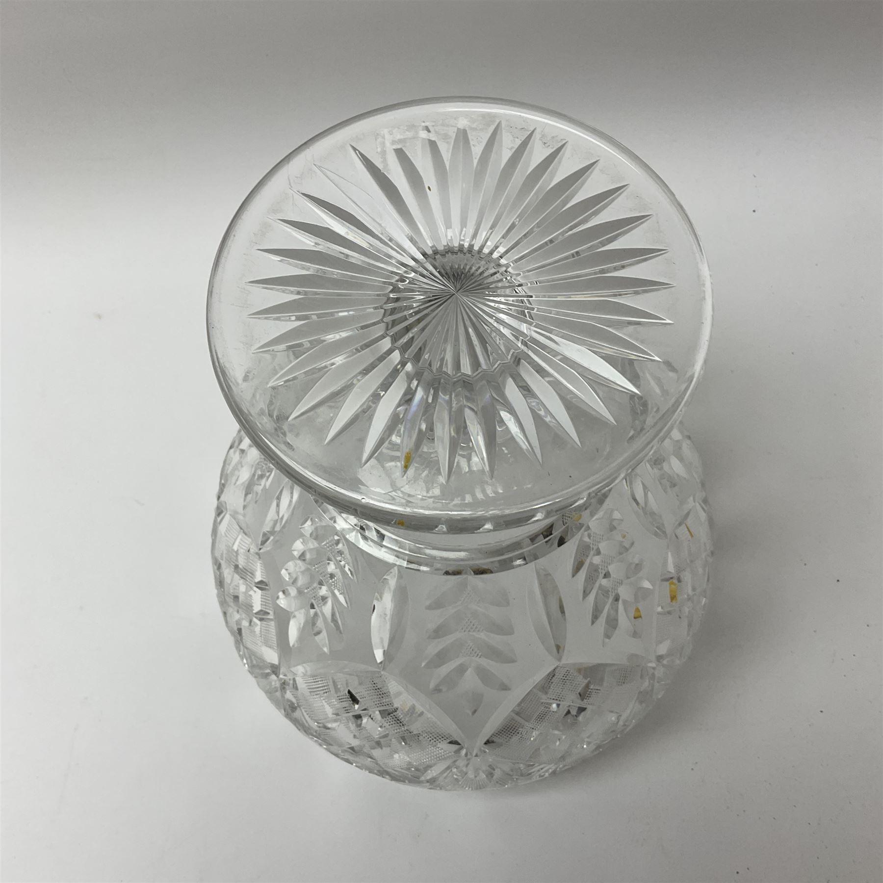 A cut glass centre piece bowl - Image 3 of 3