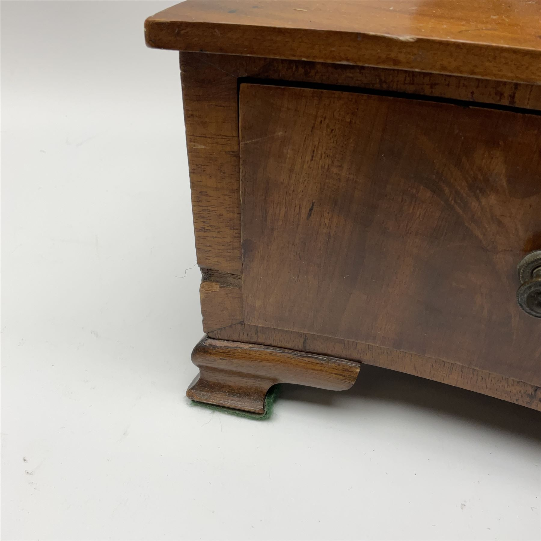 An early 20th century figured mahogany toilet mirror - Image 8 of 9