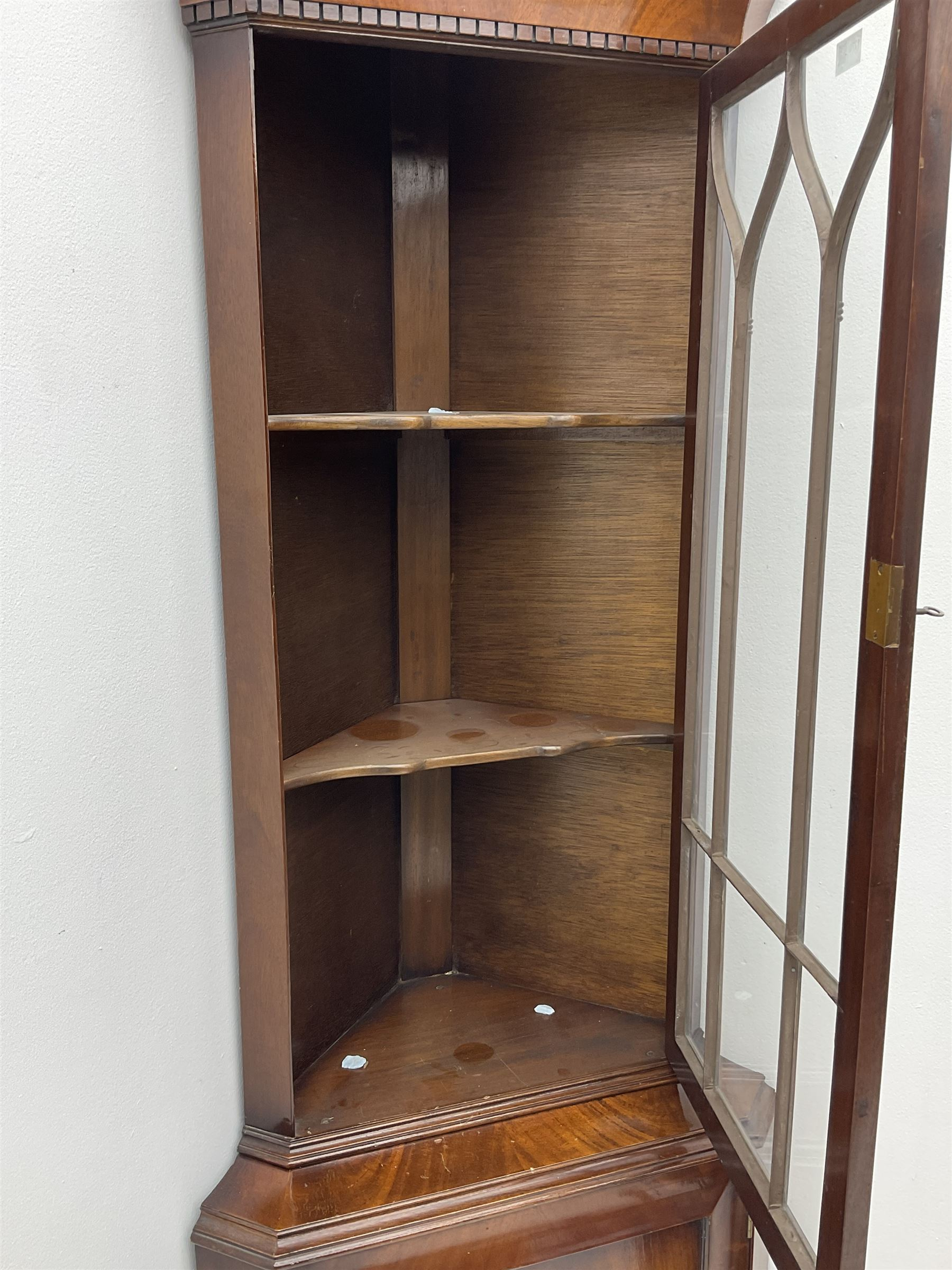 Late 20th century mahogany corner display cabinet - Image 2 of 2