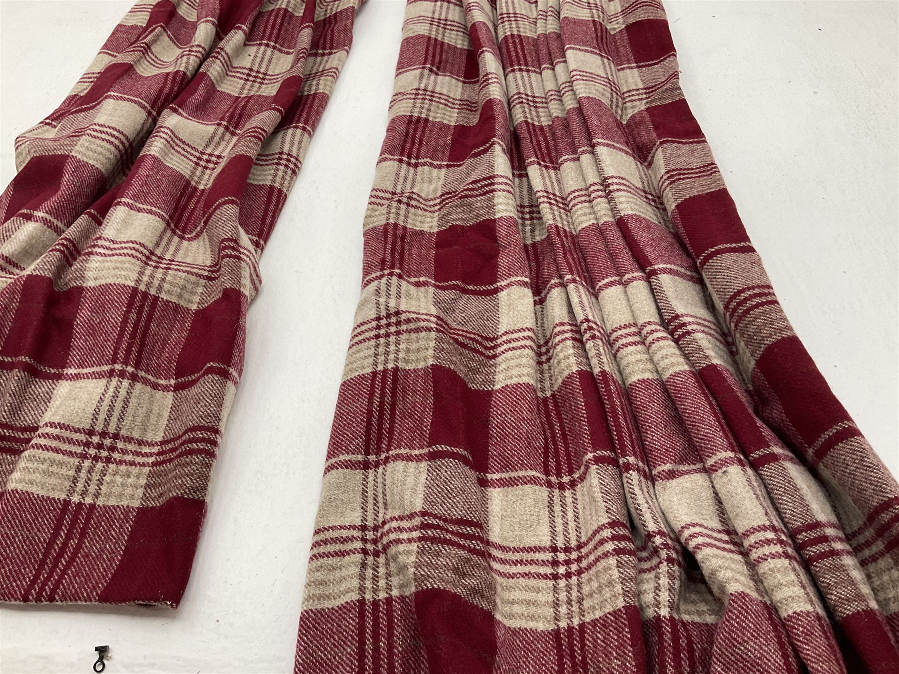 Two pairs of red and beige checkered line curtains along with curtain pole (W130 - Image 2 of 3