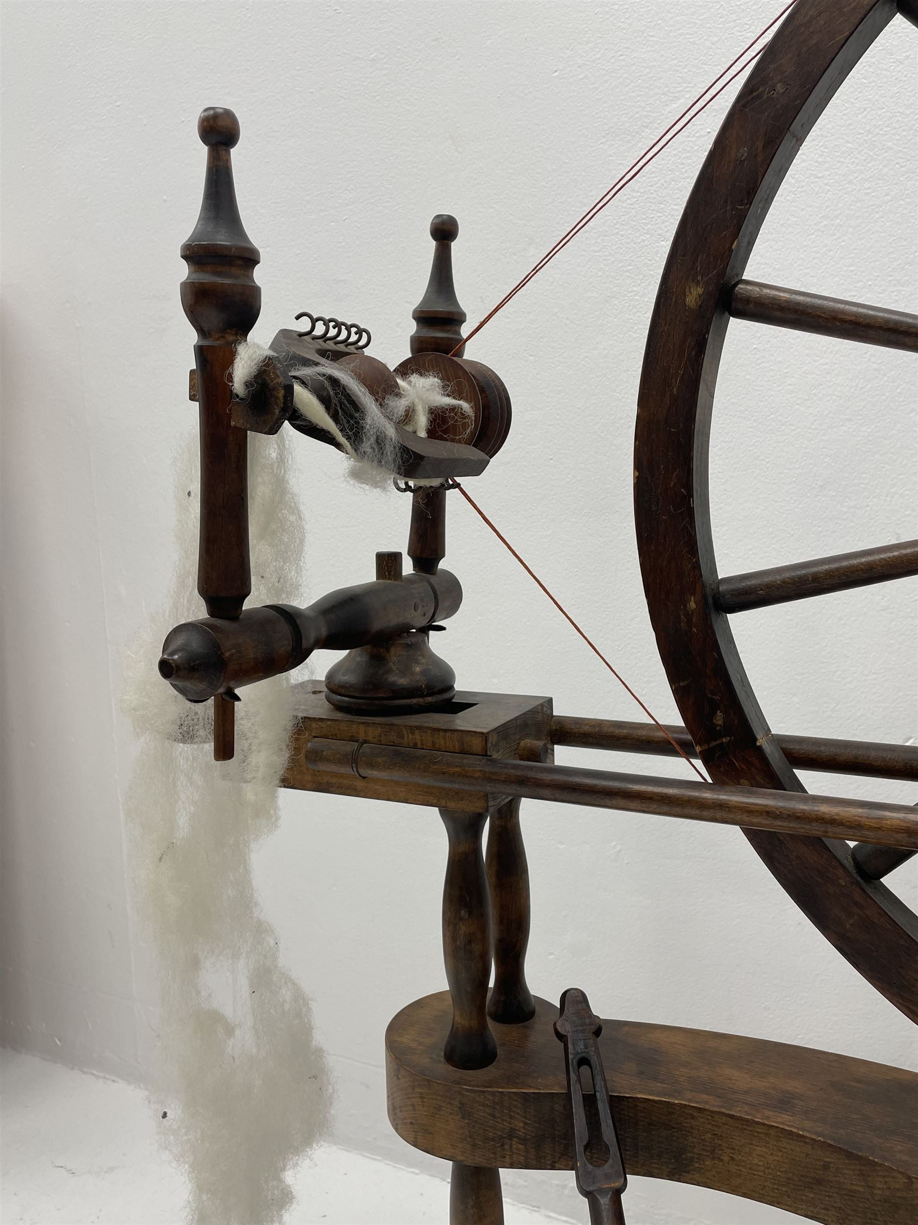 Early 20th century stained beech spinning wheel - Image 5 of 5