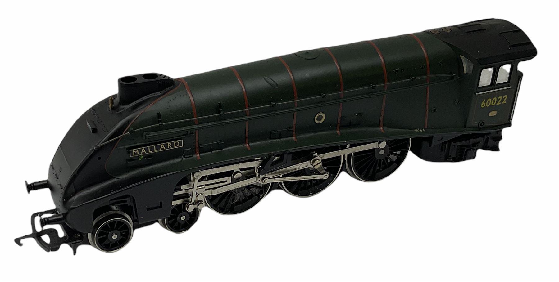 Hornby '00' gauge - Class A4 4-6-2 locomotive 'Mallard' No.60022; Class A1/A3 4-6-2 locomotive 'Flyi - Image 10 of 11