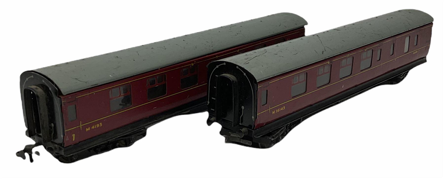 Hornby '00' gauge - Class A4 4-6-2 locomotive 'Mallard' No.60022; Class A1/A3 4-6-2 locomotive 'Flyi - Image 8 of 11
