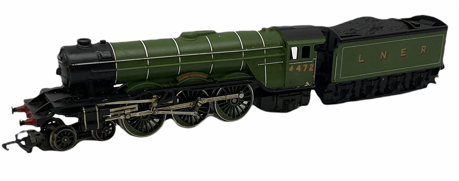 Hornby '00' gauge - Class A4 4-6-2 locomotive 'Mallard' No.60022; Class A1/A3 4-6-2 locomotive 'Flyi - Image 7 of 11