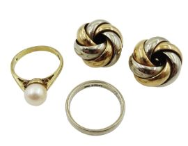 Gold single stone pearl ring