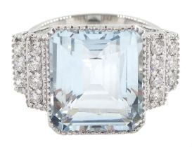 18ct white gold aquamarine ring with stepped diamond shoulders