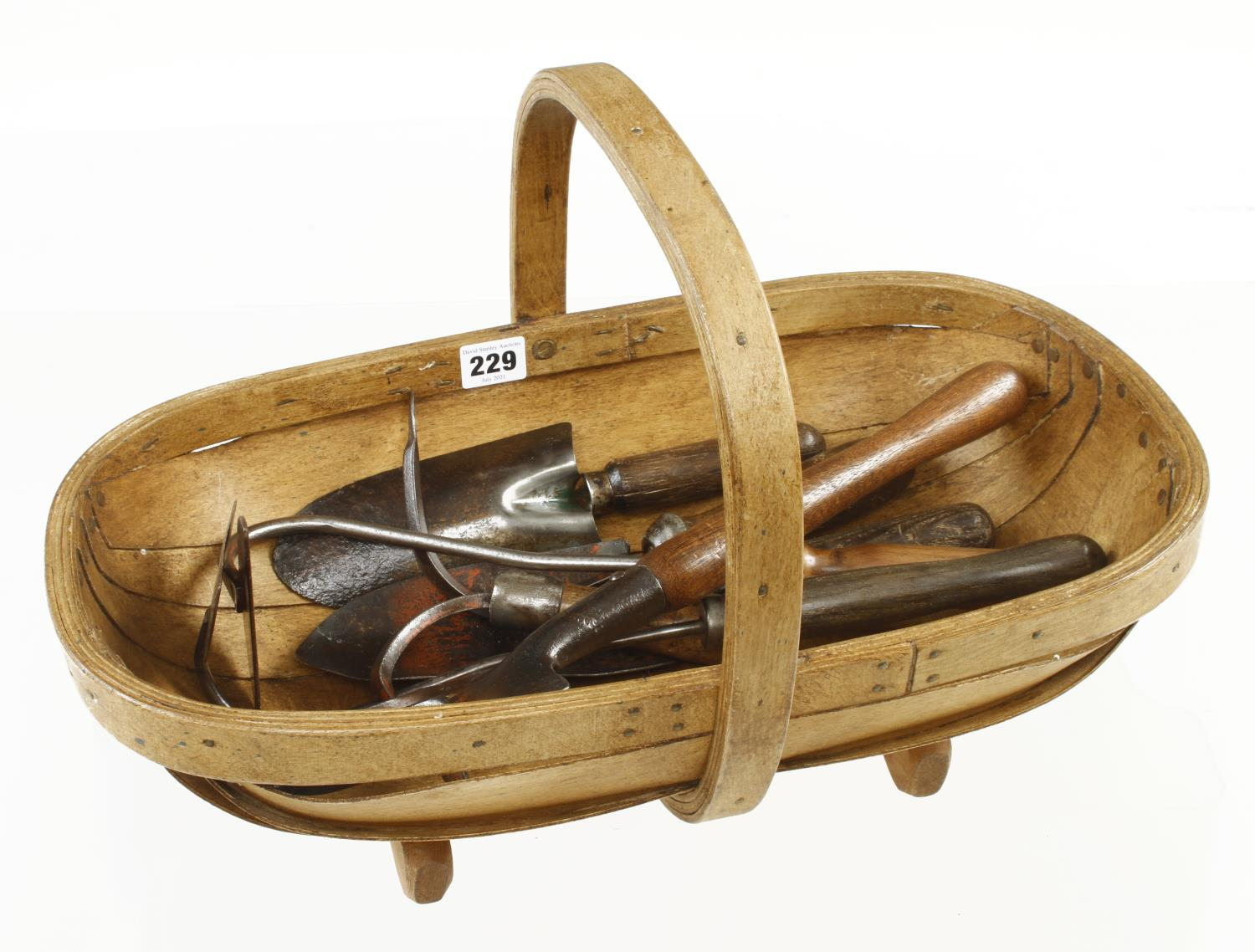A garden trug with 7 vintage hand tools G