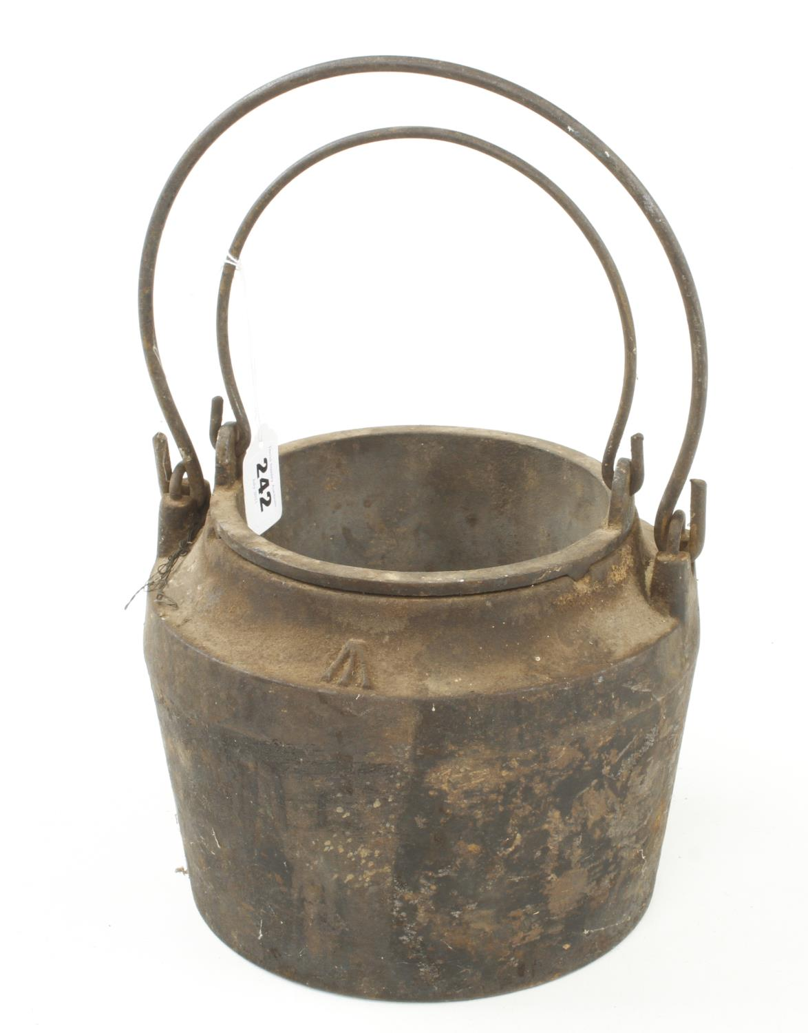 """An unusually large iron glue pot No 7 with Broad Arrow, 9"""" overall dia G+"""
