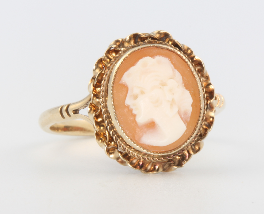 A 9ct yellow gold oval cameo portrait ring, 3 grams, size P