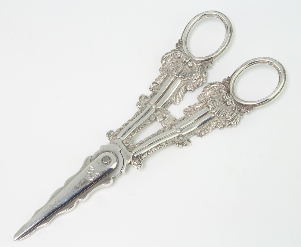 A pair of George IV silver grape scissors with shell handles, London 1825, 16.5cm, 116 grams