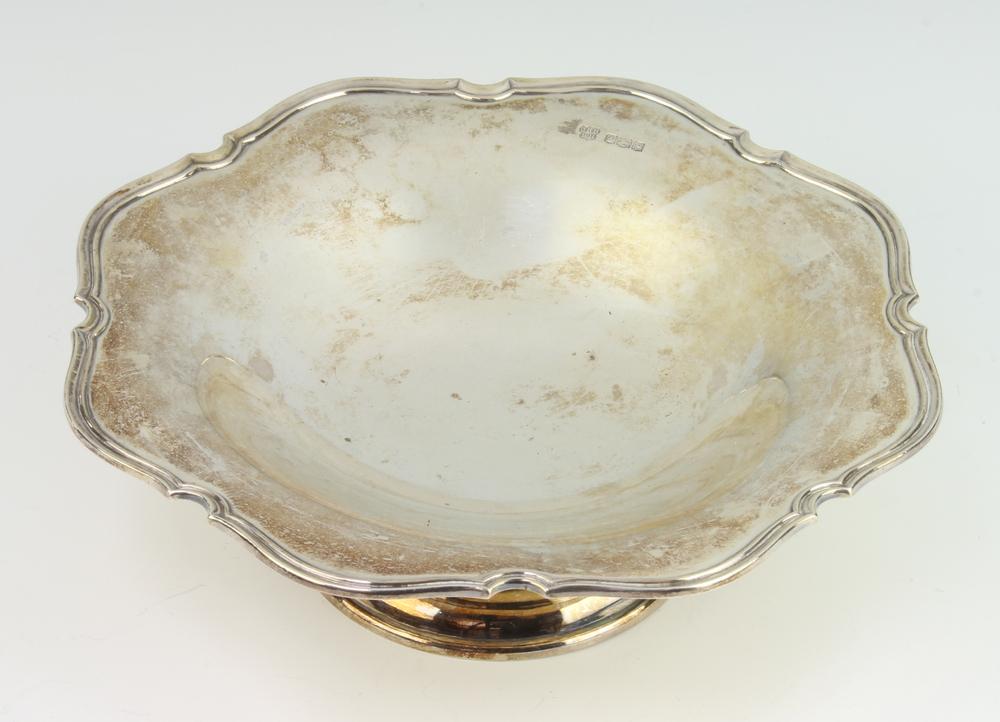 A silver tazza with cut rim Sheffield 1922, 20 cm, 366 grams
