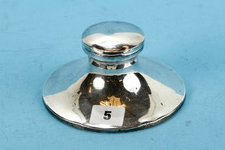 A GEORGE V CIRCULAR SILVER CAPSTAN INKWELL, hinged lid and glass liner, maker: SB&S LTD,