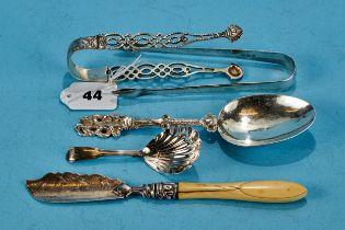 A PAIR OF GEORGIAN PLAIN SILVER SUGAR TONGS, maker: SG. EW. IB, London 1811, a pair of pierced