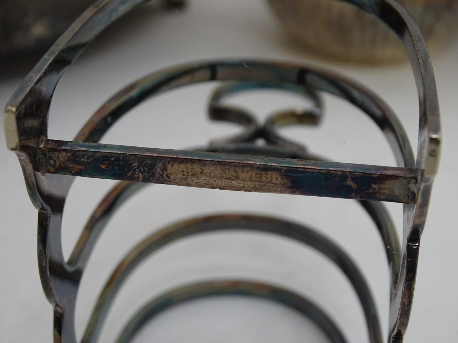 A quantity of silver plated items to include a biscuit barrel, toast rack, sauce boat, tongs, etc. - Image 7 of 30