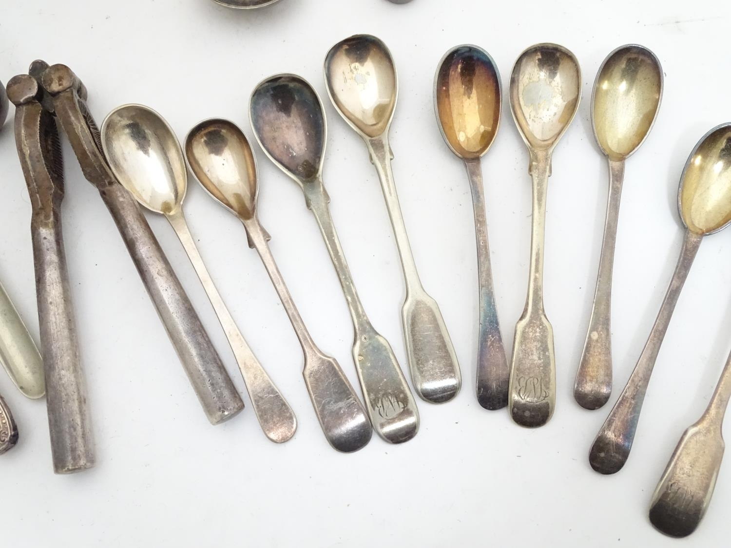 A quantity of silver plated items to include a biscuit barrel, toast rack, sauce boat, tongs, etc. - Image 27 of 30