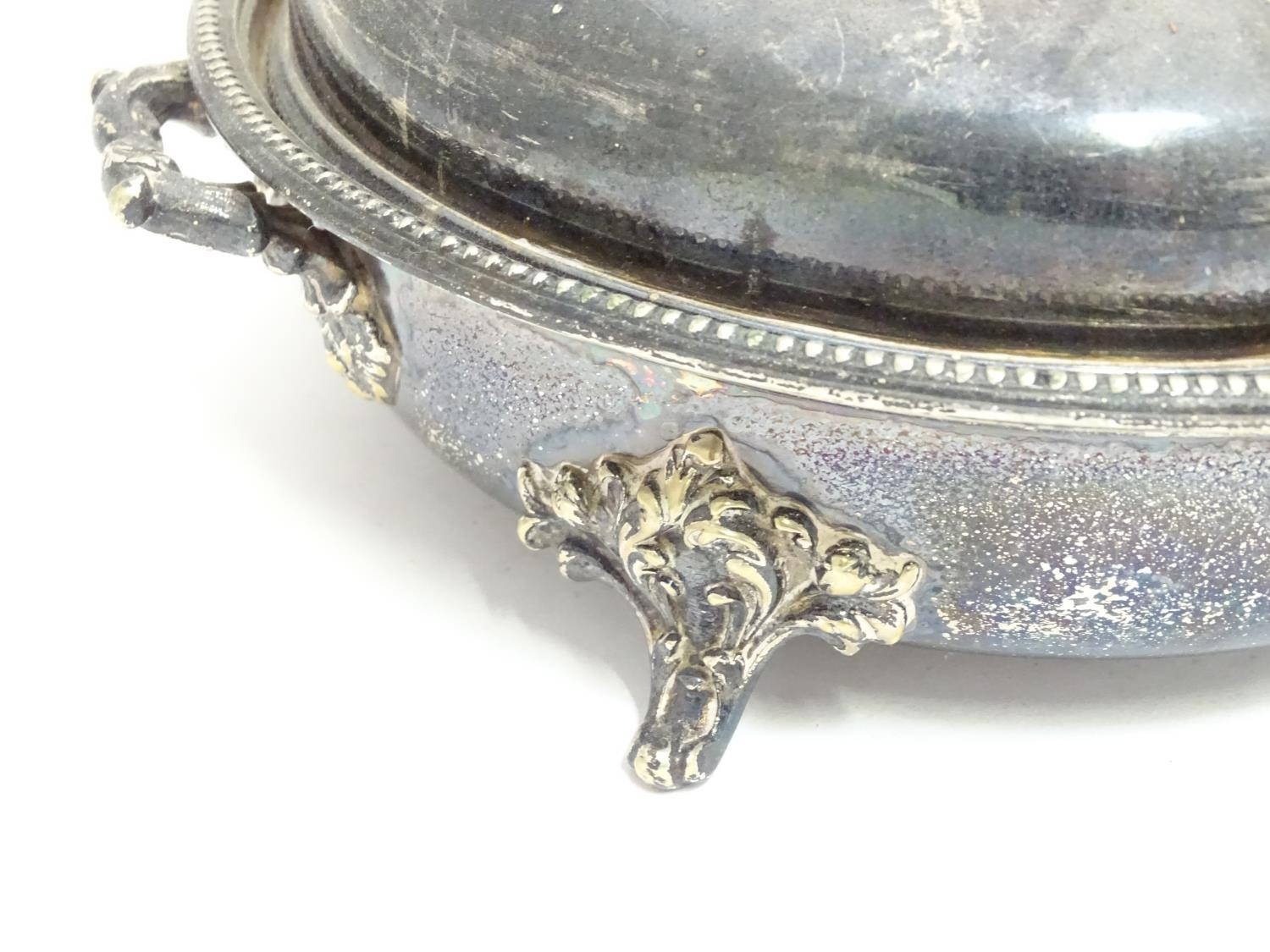 A quantity of silver plated items to include a biscuit barrel, toast rack, sauce boat, tongs, etc. - Image 15 of 30