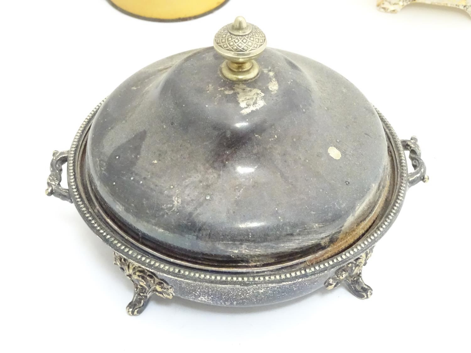 A quantity of silver plated items to include a biscuit barrel, toast rack, sauce boat, tongs, etc. - Image 14 of 30