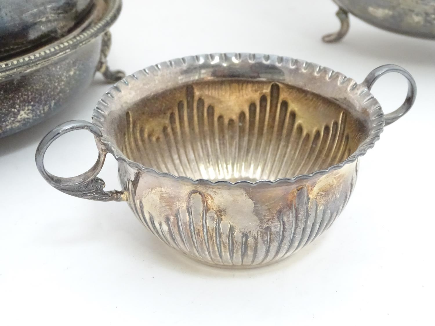 A quantity of silver plated items to include a biscuit barrel, toast rack, sauce boat, tongs, etc. - Image 8 of 30