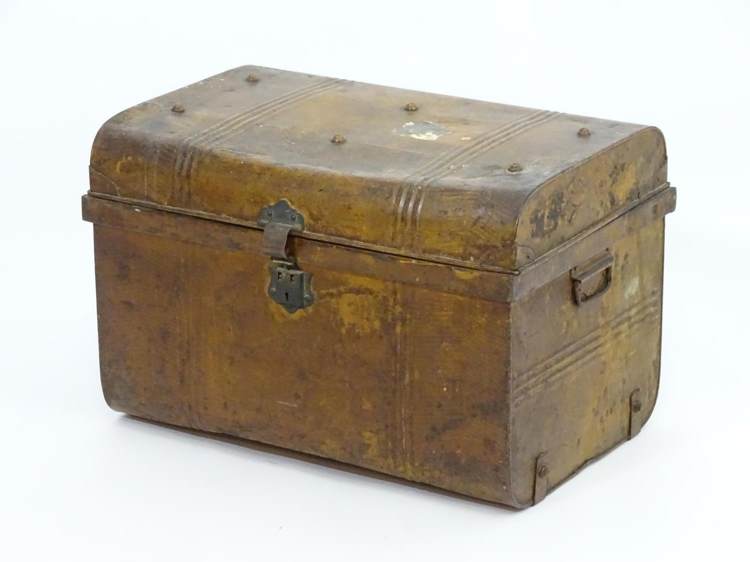 Two late 19thC tin trunks with lifting lids and flanked by carrying handles. The largest measuring - Image 4 of 11