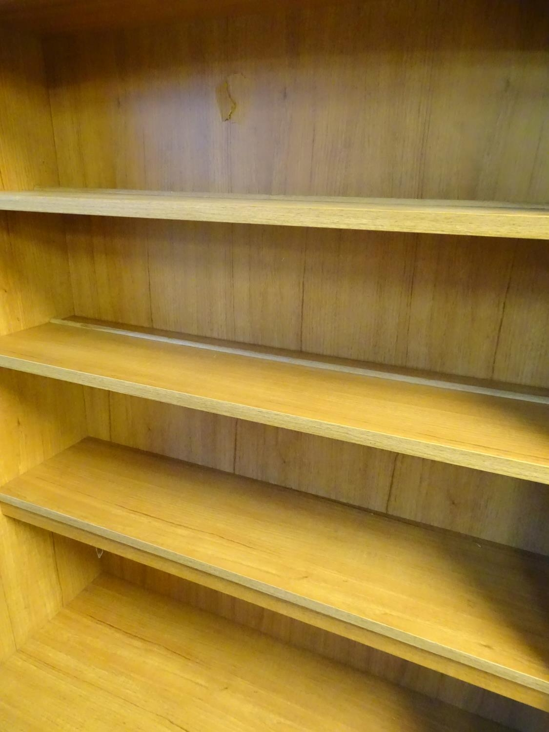 Vintage Retro, Mid Century: a Schreiber dresser bookcase, in teak finish with three shelves and - Image 6 of 7