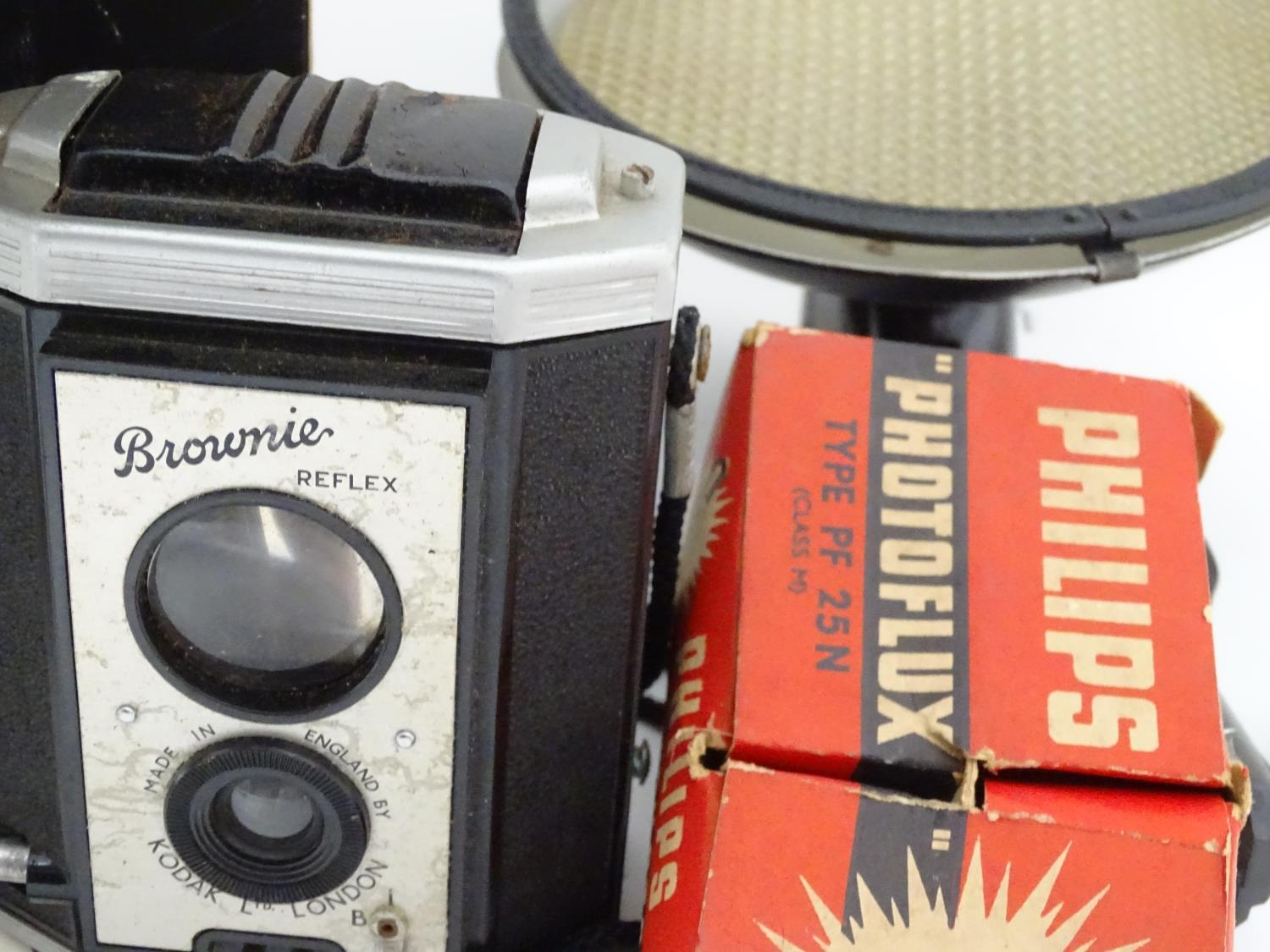 A boxed Polaroid camera, together with a Kodak Brownie and assorted photographic equipment Please - Image 2 of 5