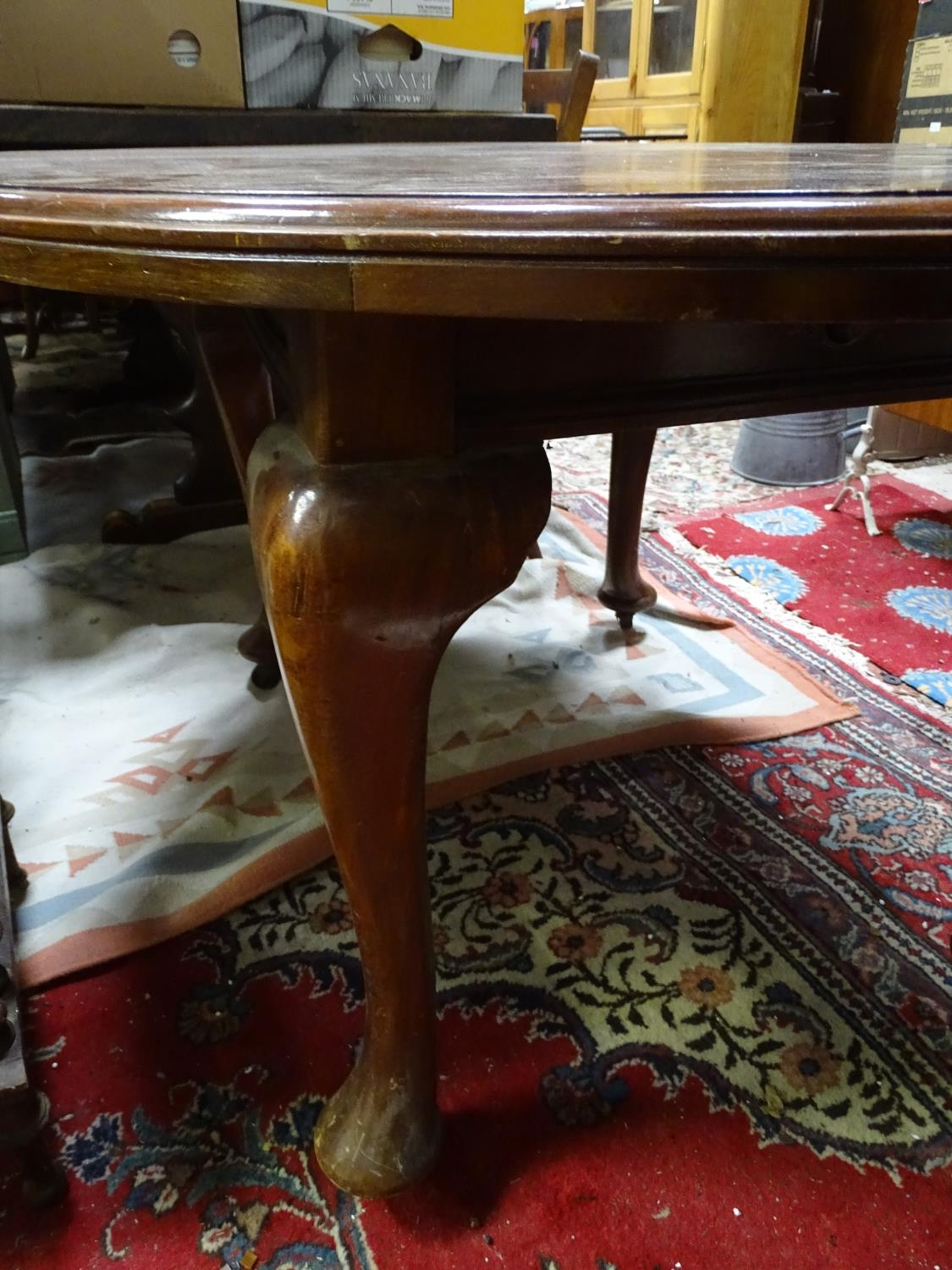 A mahogany oval dining table with cabriole legs and pad feet. Please Note - we do not make reference - Image 5 of 5