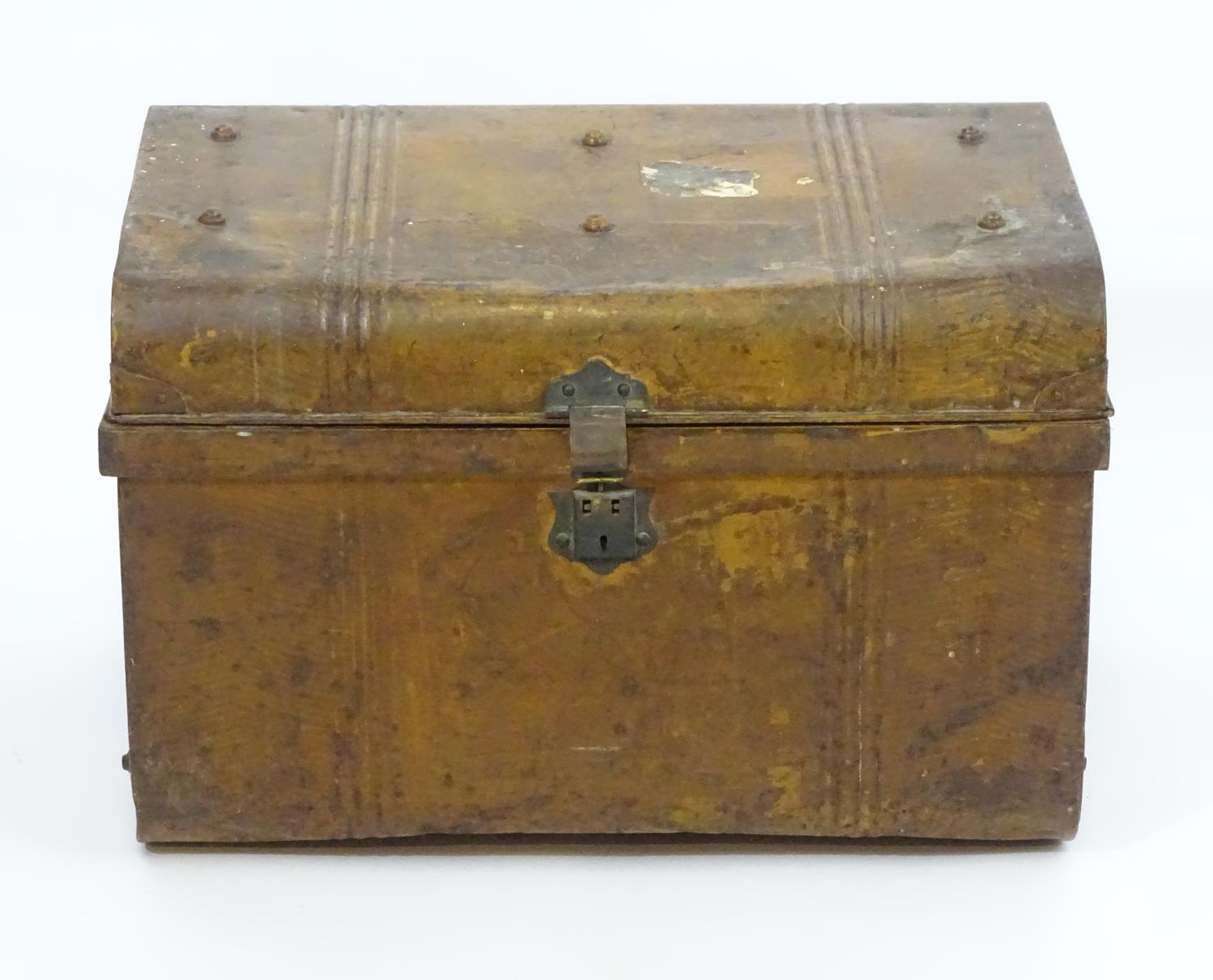 Two late 19thC tin trunks with lifting lids and flanked by carrying handles. The largest measuring - Image 3 of 11