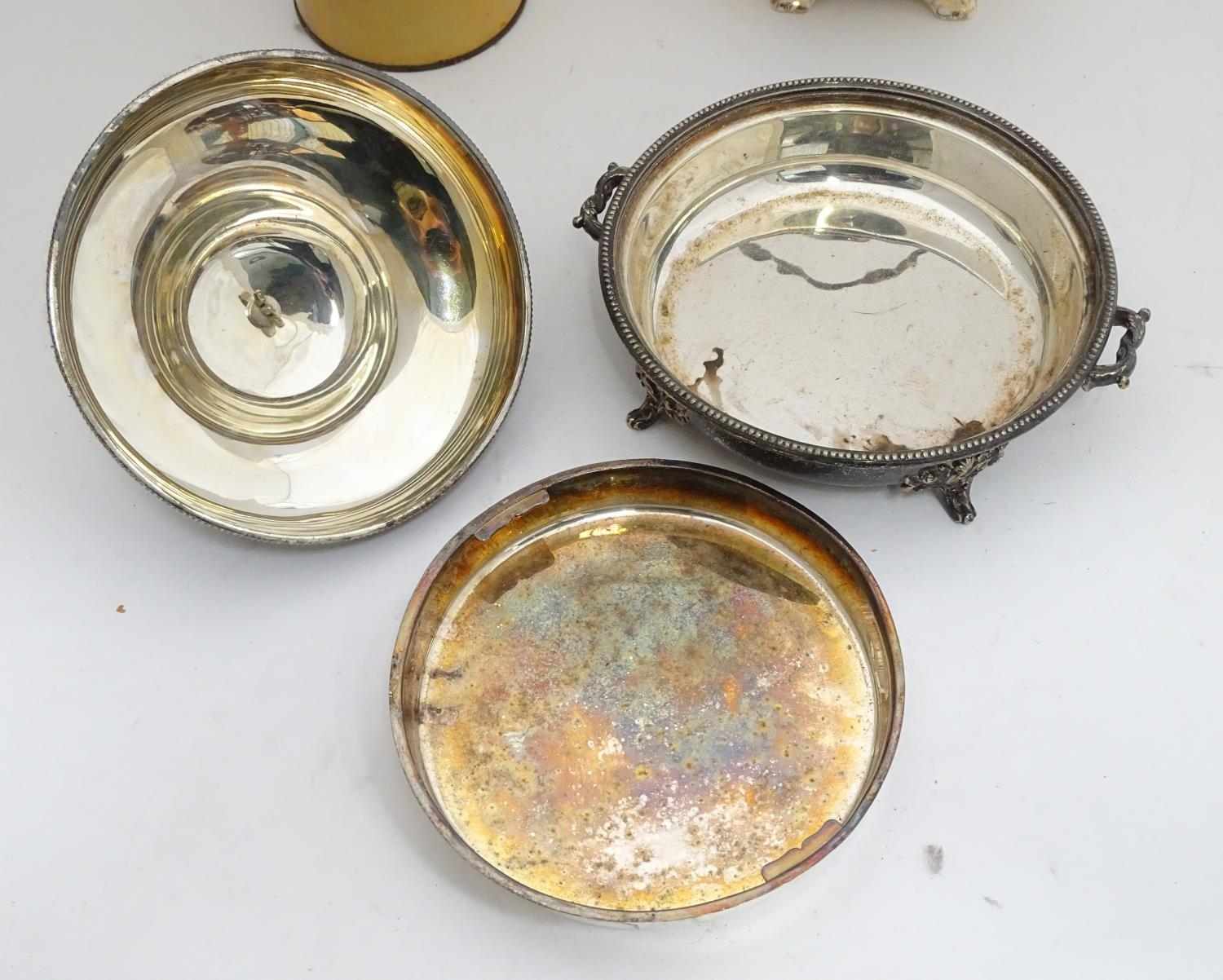 A quantity of silver plated items to include a biscuit barrel, toast rack, sauce boat, tongs, etc. - Image 17 of 30
