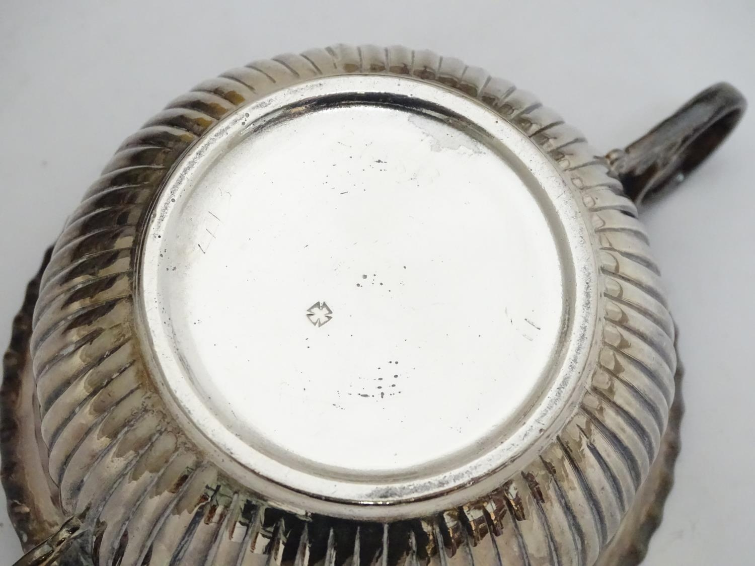 A quantity of silver plated items to include a biscuit barrel, toast rack, sauce boat, tongs, etc. - Image 11 of 30
