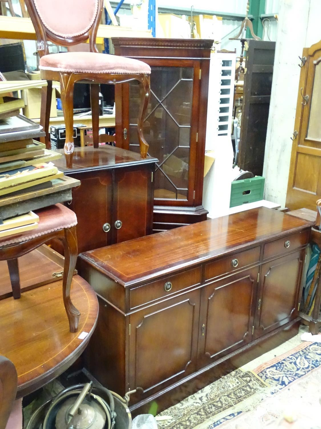 A late 20thC mahogany dining suite comprising table, 6 chairs, sideboard, drinks cabinet and - Image 6 of 8