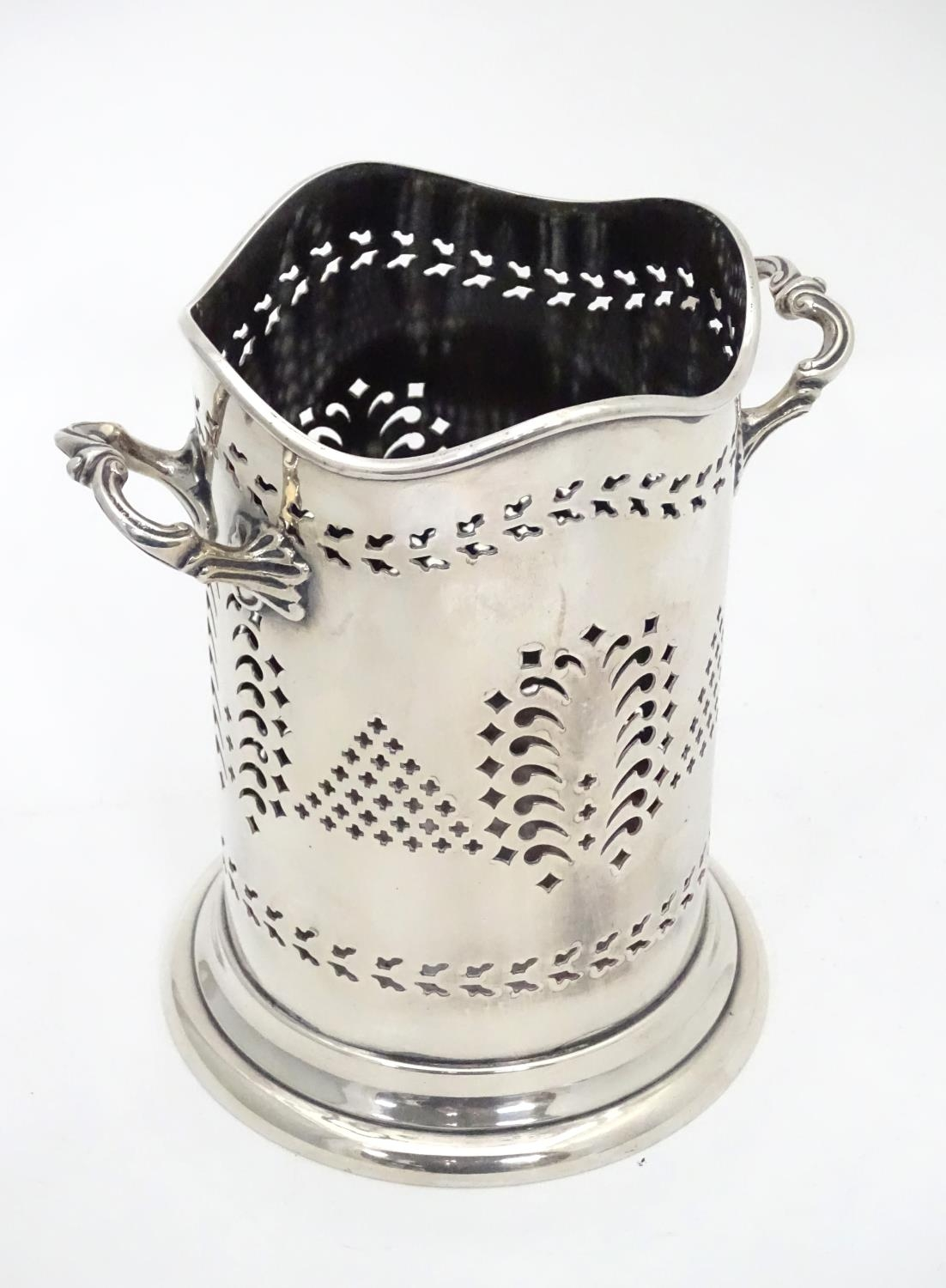 A silver plated siphon bottle holder, maker Walker and Hall Please Note - we do not make reference - Image 2 of 7