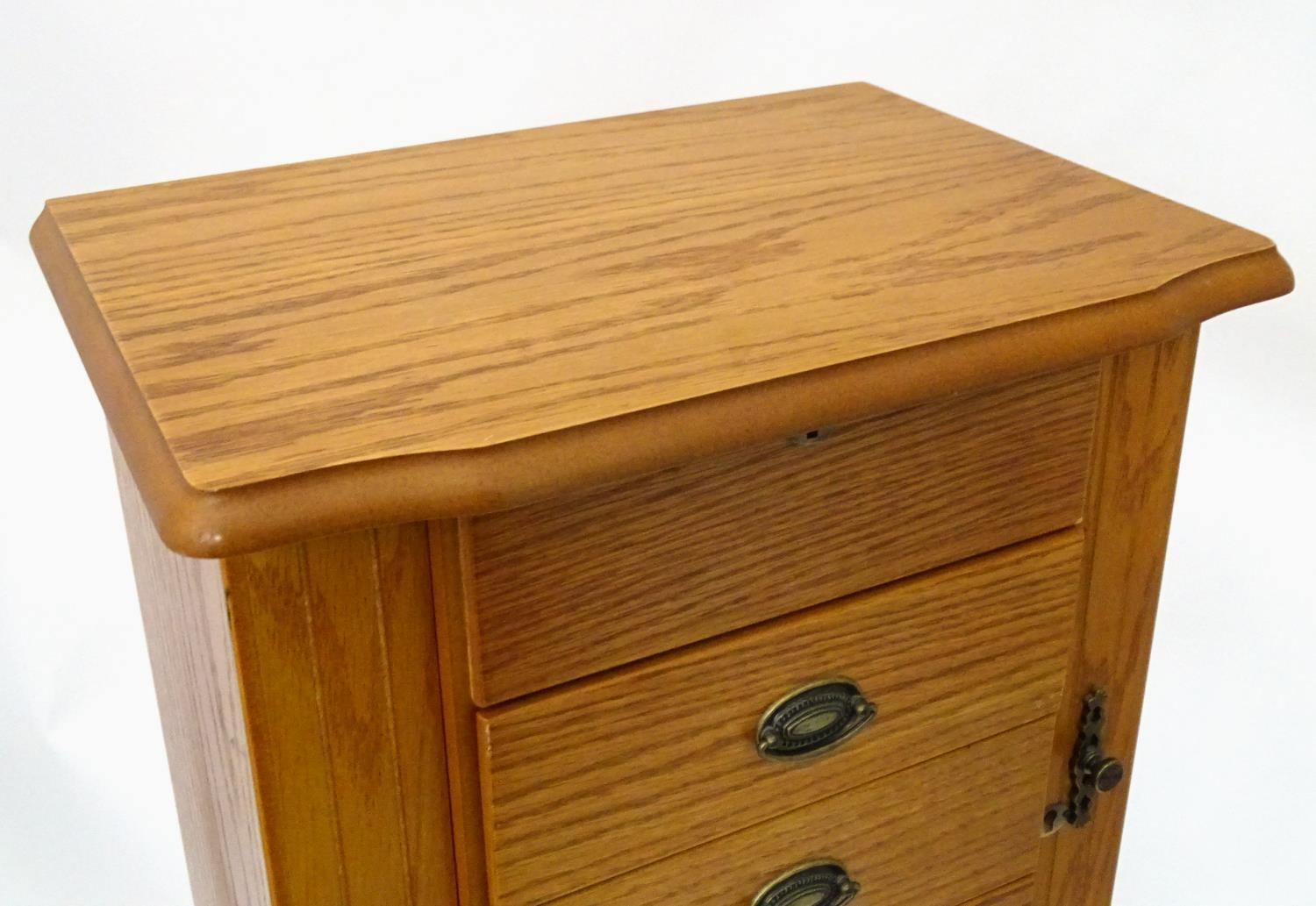 A jewellery cabinet Please Note - we do not make reference to the condition of lots within - Image 3 of 5