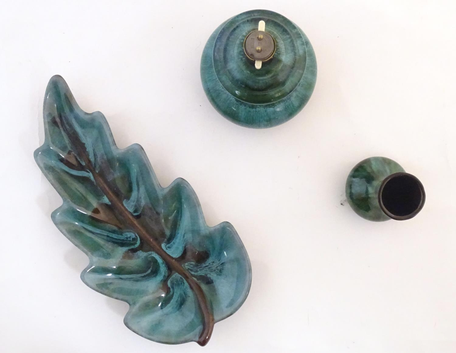 A quantity of vintage Canadian Blue Mountain Pottery wares comprising a lotus shaped bowl, a ewer, a - Image 18 of 20
