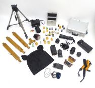 A quantity of 20thC cameras and photographic equipment, comprising: Voigtlander Bessa, Voigtlander