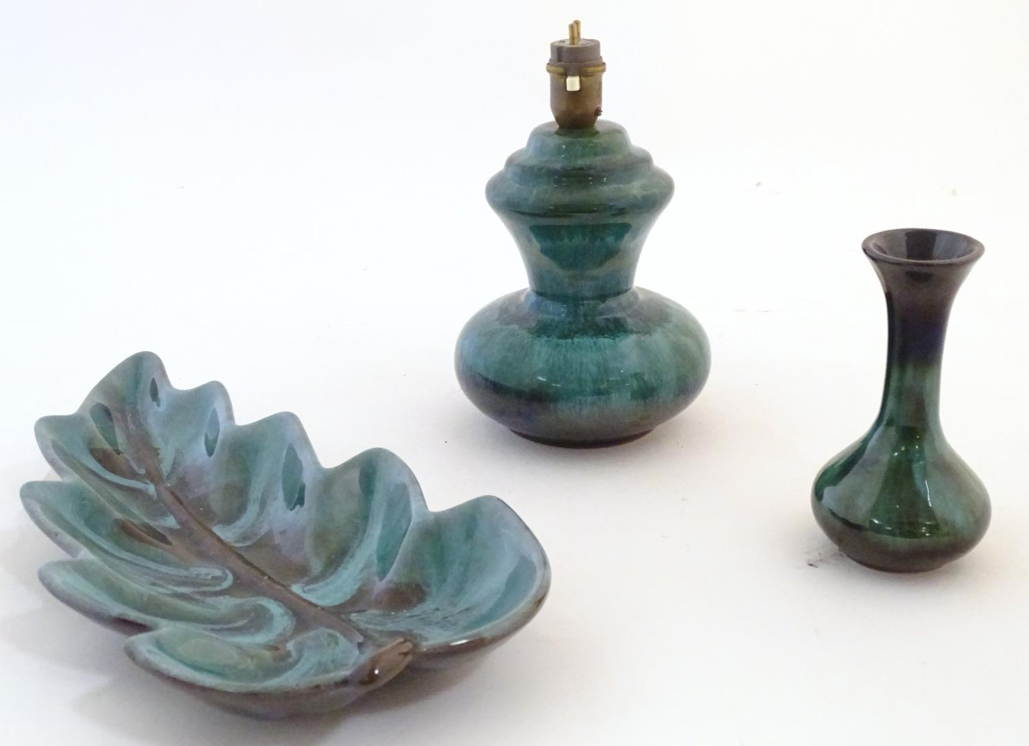 A quantity of vintage Canadian Blue Mountain Pottery wares comprising a lotus shaped bowl, a ewer, a - Image 17 of 20