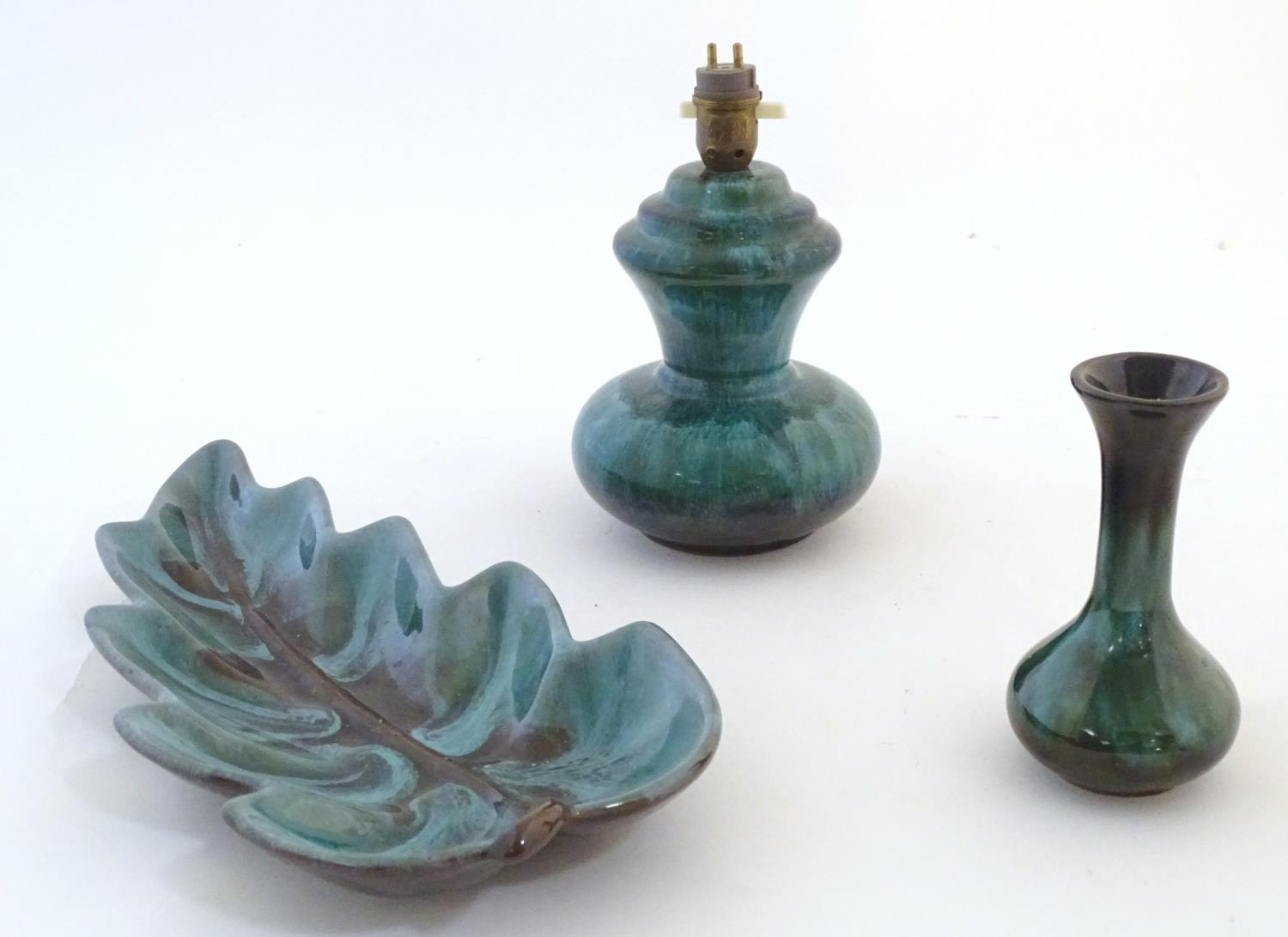 A quantity of vintage Canadian Blue Mountain Pottery wares comprising a lotus shaped bowl, a ewer, a - Image 16 of 20
