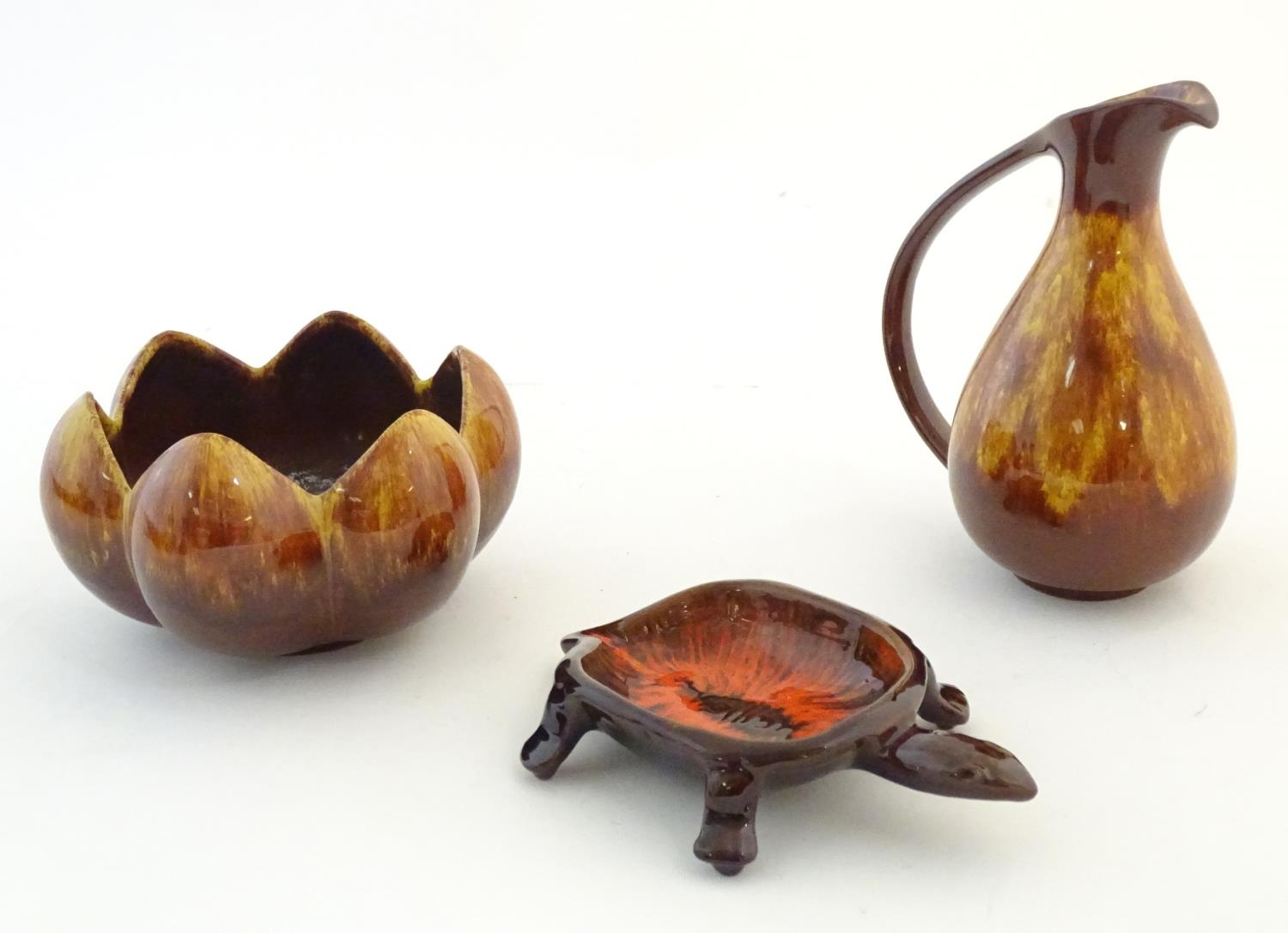 A quantity of vintage Canadian Blue Mountain Pottery wares comprising a lotus shaped bowl, a ewer, a - Image 10 of 20