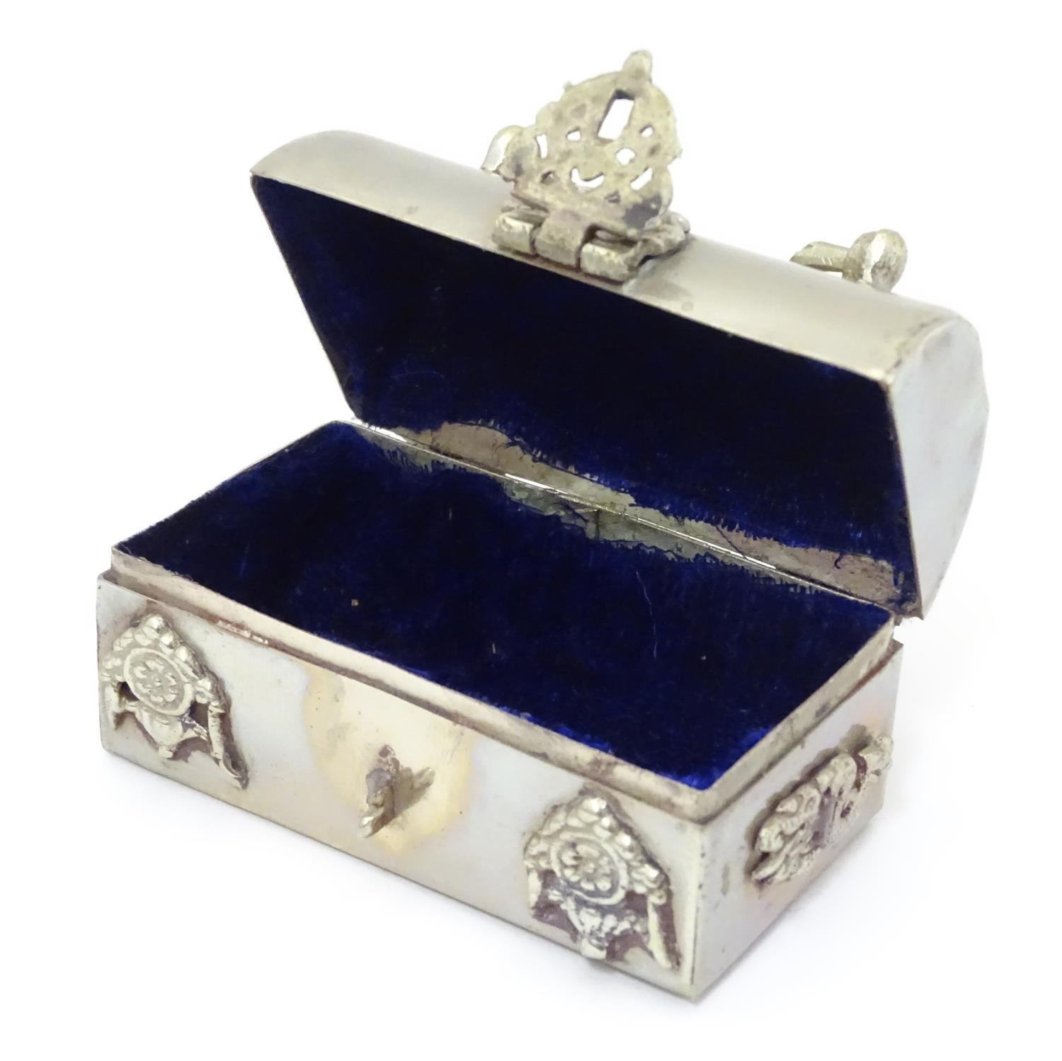 Three silver plate items comprising a coin holder, small box of casket form and an oversized thimble - Image 4 of 10