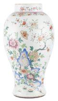 Vase en porcelaine de Chine à décor en famille rose, époque Qing