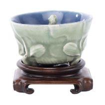 Puzzle cup tripode en porcelaine céladon, XVIIIe