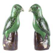 Paire de perruches à glaçure verte, Chine XIXe