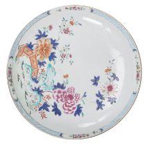 Grande coupe en porcelaine de Chine à décor en famille rose, époque Yongzheng