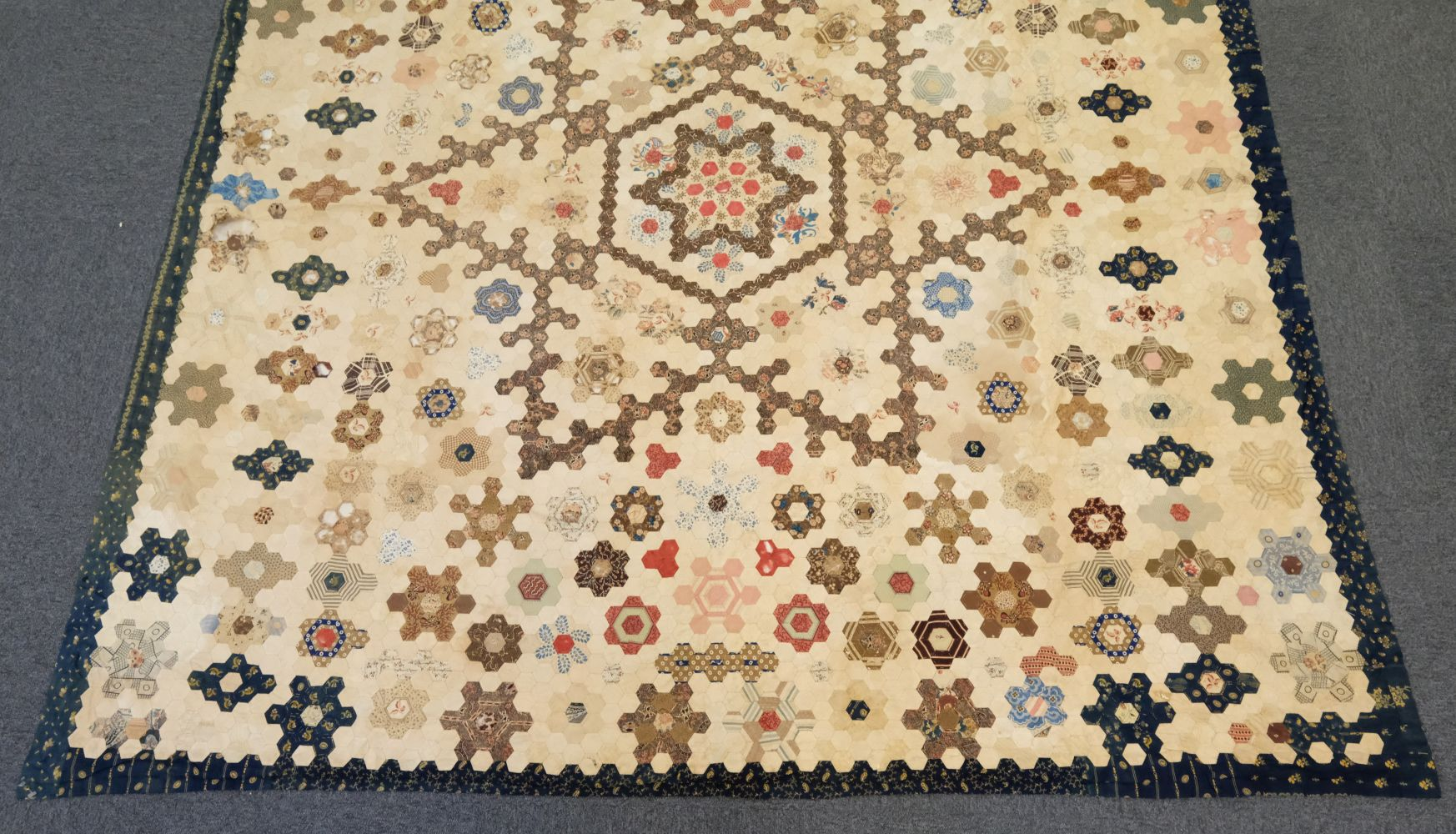 * Quilt. A Victorian patchwork hexagon quilt, English - Image 3 of 4