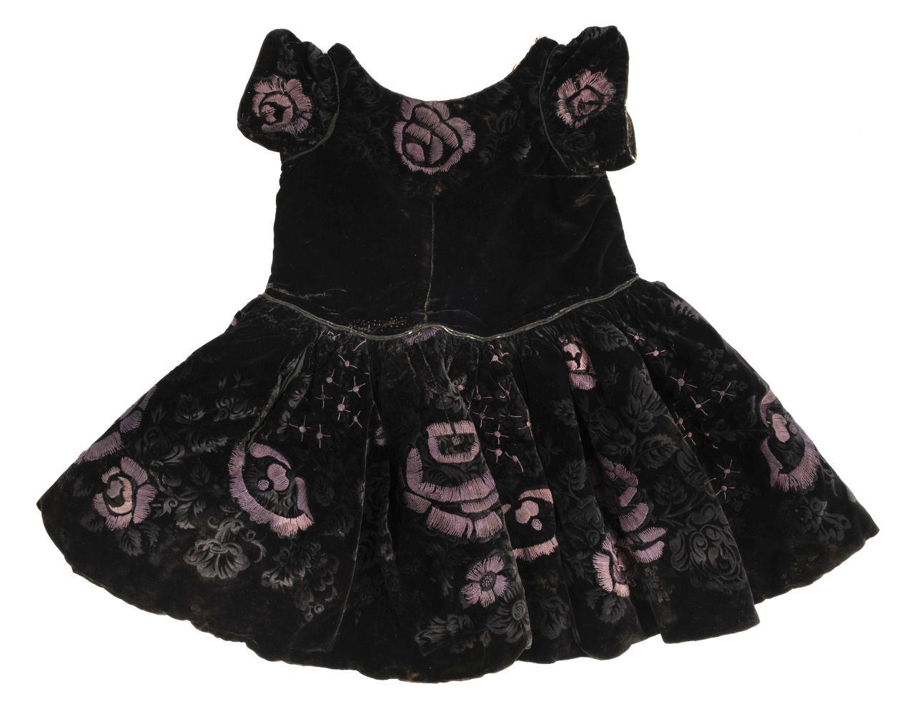 * Children's clothes. A boy's mourning dress, circa 1840