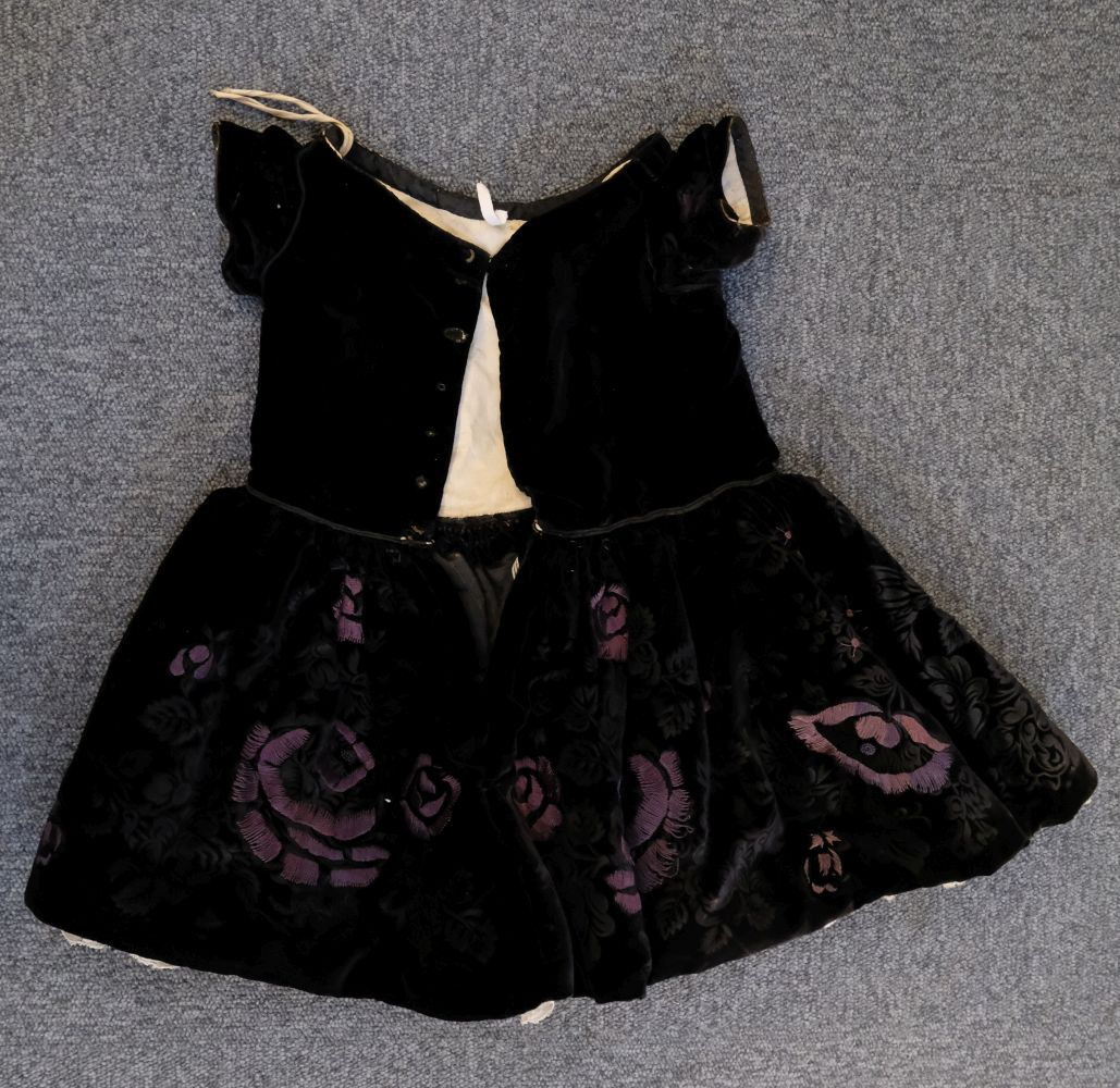* Children's clothes. A boy's mourning dress, circa 1840 - Image 2 of 9