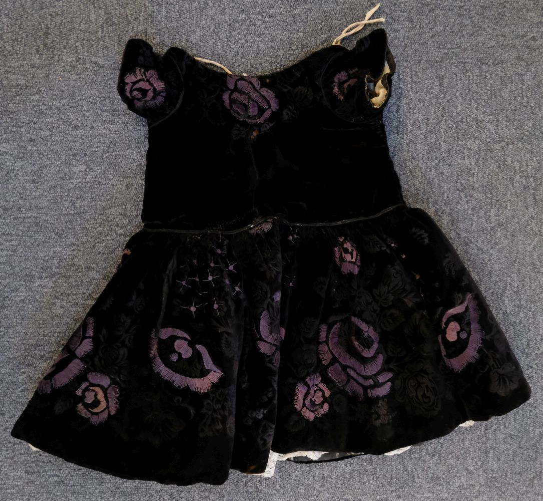 * Children's clothes. A boy's mourning dress, circa 1840 - Image 3 of 9