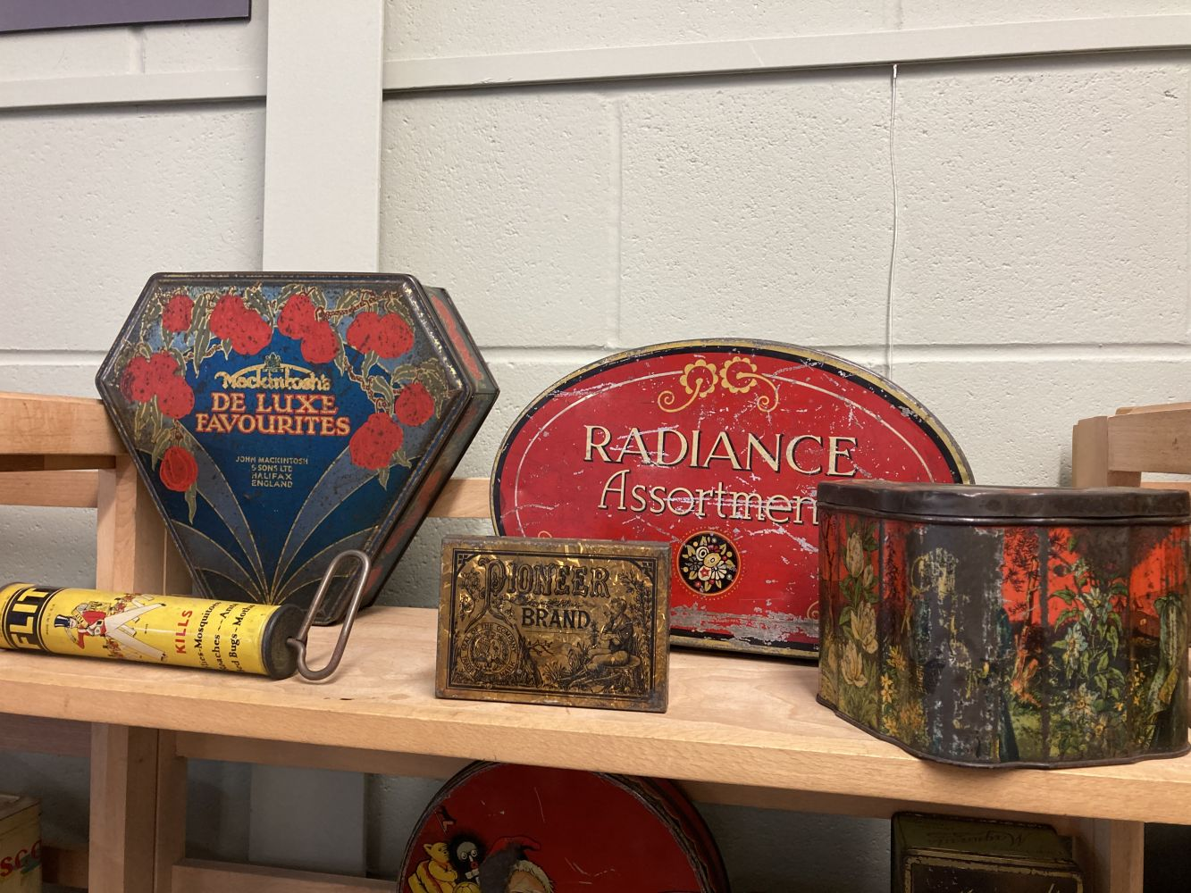 * Advertising Tins. Huntley & Palmers and others - Image 8 of 13